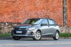Chevrolet-Onix-LTZ-2021-exterior-frente-tres-cuartos-baja